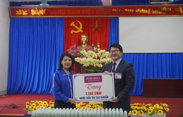 Mr. Tanaka took a picture with Ms. Hoang Thi Huyen Trang - Secretary of Ha Dong District Youth Union