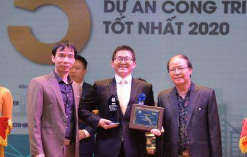 Ông Tanaka Hiroyuki - Tổng Quản lý điều hành TTTM AEON MALL Hà Đông nhận cúp và giấy chứng nhận